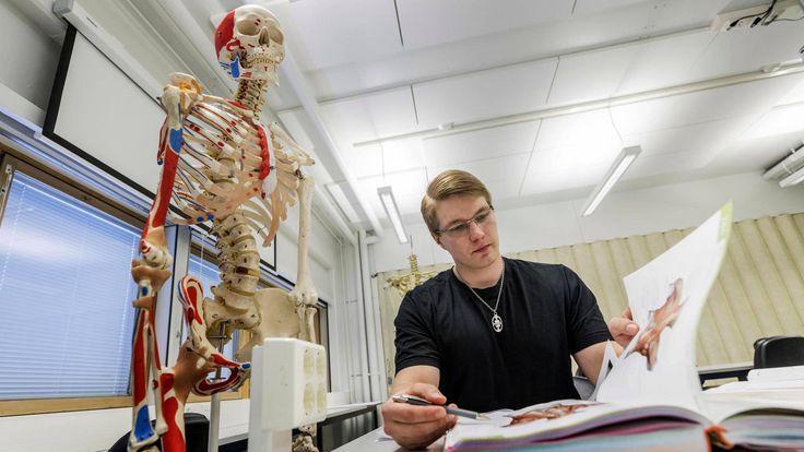 """""""Älkää ikinä luovuttako"""", sanoo entinen kirvesmies Henri Karvinen. Hän luki kaksituhatta tuntia pääsykokeisiin ja pääsi opiskelemaan lääketiedettä. #oppimaanoppiminen #elämänkulku"""