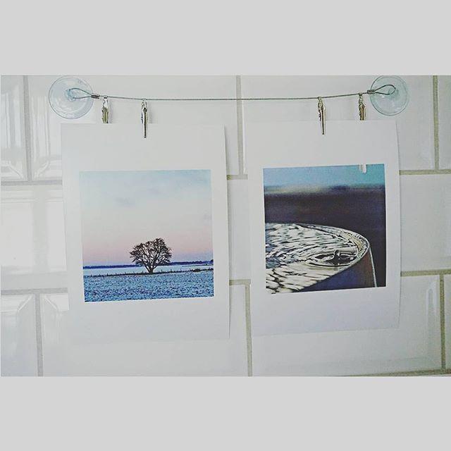 Med våra vernissage-kort är fotoutställningen inte långt borta. Denna gång hängandes hemma i köket hos @maria.schiolde 👏 ~ Tagga era bilder med Printasquare för chans till feature - veckans bild belönas med 100 kr att shoppa Printa-produkter för. ~ www.printasquare.com ~ #framkalla #foto #bilder #inredmedbilder #tips #feature #inredning #kök #kakel #vernissage #foto #utställning #inredning