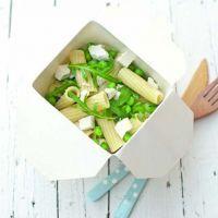 Insalata fredda di pasta con piselli, rucola e ricotta salata