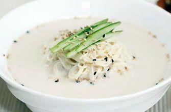 「コングクス」 ひんやり冷やした豆乳スープに素麺に似た細麺を入れた料理で、夏限定で売り出される場合が多く、冬ではお目にかかるのが難しい料理です。  一般的な材料 ・そうめん   ・調整豆乳(豆乳でもOK)  ・白だし{昆布茶・薄口醤油・水}   ・具材 {きゅうり・キムチ・すりゴマ