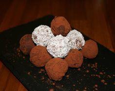 Truffes et gourmandises chocolatées (chocolat noir, purée de noisettes)