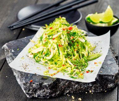 Asieninspirerad brysselkålssallad med rättika, koriander och sesamfrön. Skär grönsakerna tunt och marinera i olja, lime, chili och ingefära. Snabbt och enkelt har du en krispigt fräsch och smakrik sallad.