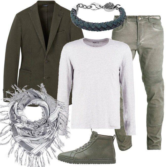I jeans color verde oliva sono abbinati ad una giacca di una tonalità più scura, da indossare sopra una maglia basic grigia. Completano la proposta un paio di sneakers alte, un foulard e un bracciale in tessuto e acciaio.