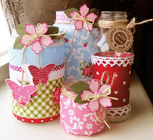 Glazen potjes beplakt met papier.