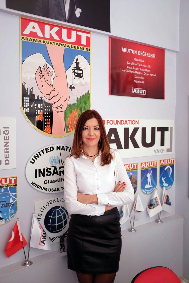 """Çiğdem Hanım, öncelikle sizi tanımak isteriz?  Tabii… İsmim Çiğdem Tan. Türk Dili ve Edebiyatı mezunuyum, editörüm. 2009 yılından beri AKUT gönüllüsüyüm. AKUT'ta Mülakat ve Basın İlişkileri birimlerine destek veriyorum. İstanbul'da yaşıyorum. AKUT'un uzmanlık alanları hakkında bilgi almak isteriz?   Elbette. 1996 yılında kurulan AKUT, öncelikle halk arasında """"enkaz arama-kurtarma"""" olarak bilinen kentsel arama-kurtarma …"""