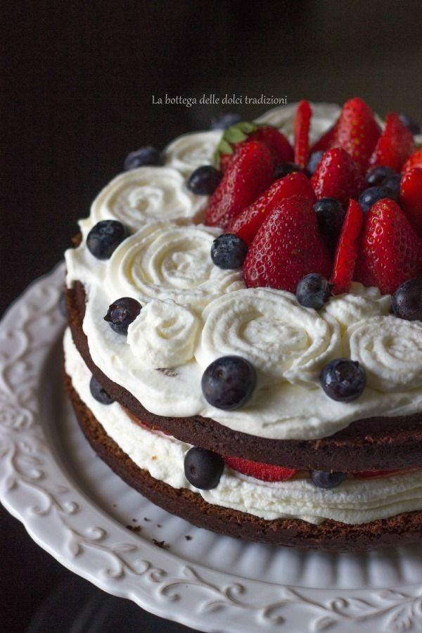 La bottega delle dolci tradizioni: Torta alla nutella con panna, fragole e mirtilli