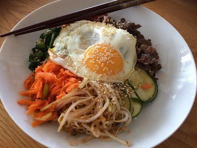 Koreansk mat är fräsch och smakrik. Gör din egen bibimbap och har du inte redan prövat så är det dags nu! Allt i en skål - ät med pinna...