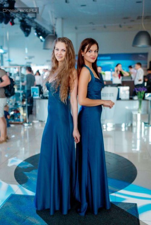 Подружки невесты в платьях ярко синей гаммы #свадьба