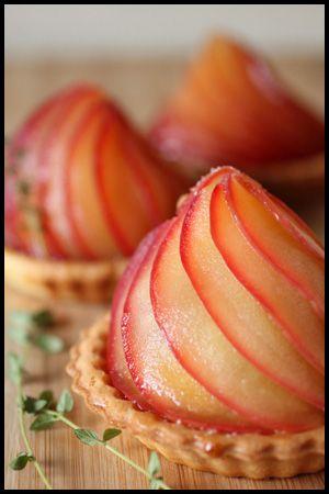 ハロウィンですね~  ハロウィンとは全く関係のないリンゴのタルト。 せめてカボチャのピックぐらい立てたらよかったですね。 タルト型はビタントニオで...