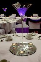 Centros de mesa con copas de martini gigantes #DecoracionesBodas #CentrosDeMesa