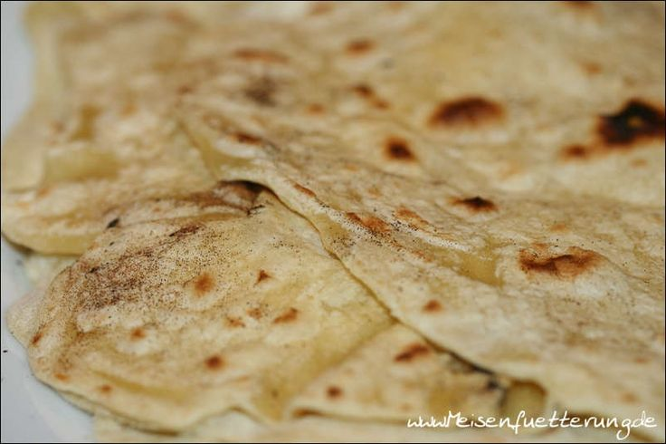 Khubz ist ein arabisches Fladenbrot und heißt übersetzt einfach nur Brot.      Zutaten:  200 g Mehl 120 g Wasser Salz Olivenöl    Alle Zutaten zu einem Teig verkneten, gleichgroße Kugeln formen und eine halbe Stunde zugedeckt ruhen lassen.    Auf etwas Mehl dünn ausrollen...    und in der Eisenpfanne ohne Öl bei mittlerer Hitze von beiden Seiten hellbraun braten.          Die Fladenbrote können gestapelt und warm oder kalt serviert werden.