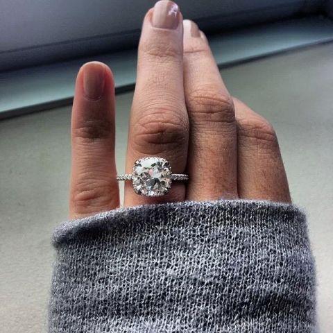 Halo - style wedding ring