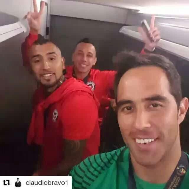 El capitan de la selección Claudiobravo1  feliz por el triunfooo ♥♥♥