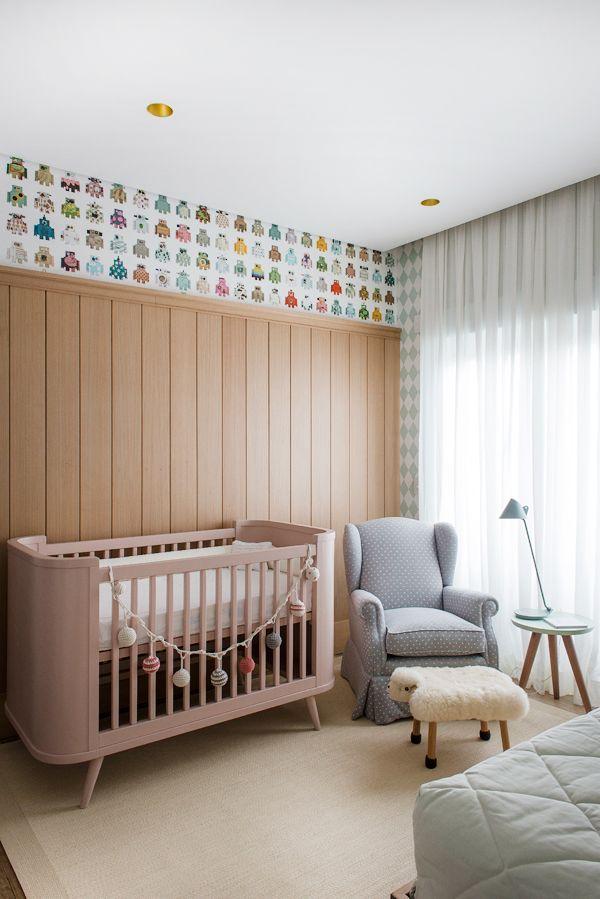 Quarto de bebê menina - Decoração moderninha - Rosa e verde - Berço poltrona de amamentação e puff de ovelhinha ( Projeto: Triplex Arquitetura | Fotos: Manu Oristanio )