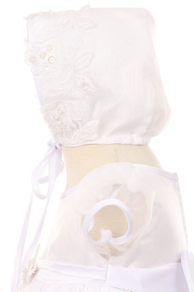 Super sweet baby bonnet with lace flower detail | Bisou Baby #gorgeousbabyoutfit #christening #babychristening #bisoubaby #babybonnet
