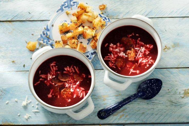 Pittige geitenkaas en zoete rode biet vormen een perfect duo in deze soep - Recept - Allerhande
