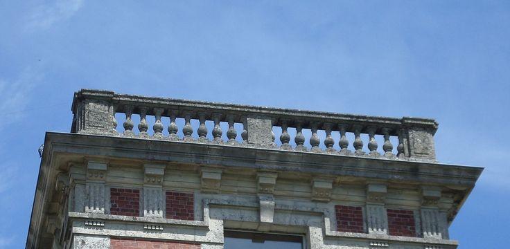 Balustrade de la terrasse du château de Mecquignies.