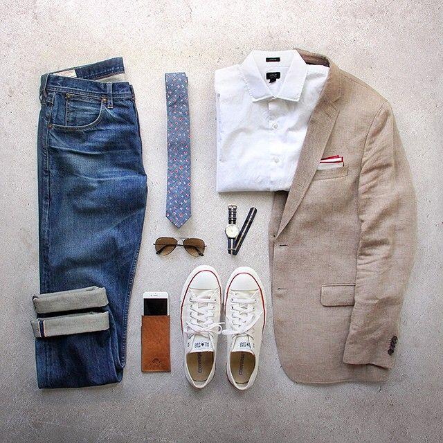 Look de estilo natural, cómodo e informal con chaqueta de vestir. Shirt: @jcrew ludlow iPhone case: @bisonmade Tie: @jcrew floral chambray Blazer: @bananarepublic linen Pocket Square: @thetiebar Watch: @timex for @jcrew Denim: Wallace & Barnes Shoes: @converse Glasses: @rayban aviator