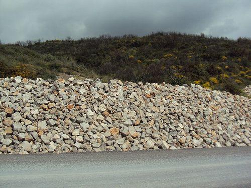 Αντιστήριξη πόδα επιχώματος σε οδοποιία με πέτρα