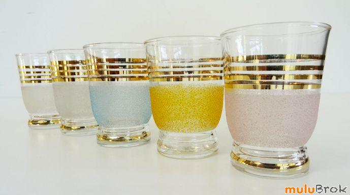 Ancien verre à digestif granité effet givré . Ma grand-mère avait les mêmes en blanc .