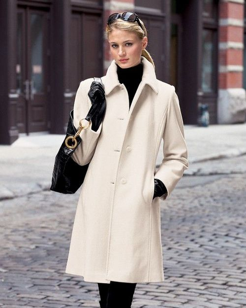 This picture perfectly describes my winter style. I love trenchcoats, big bags…