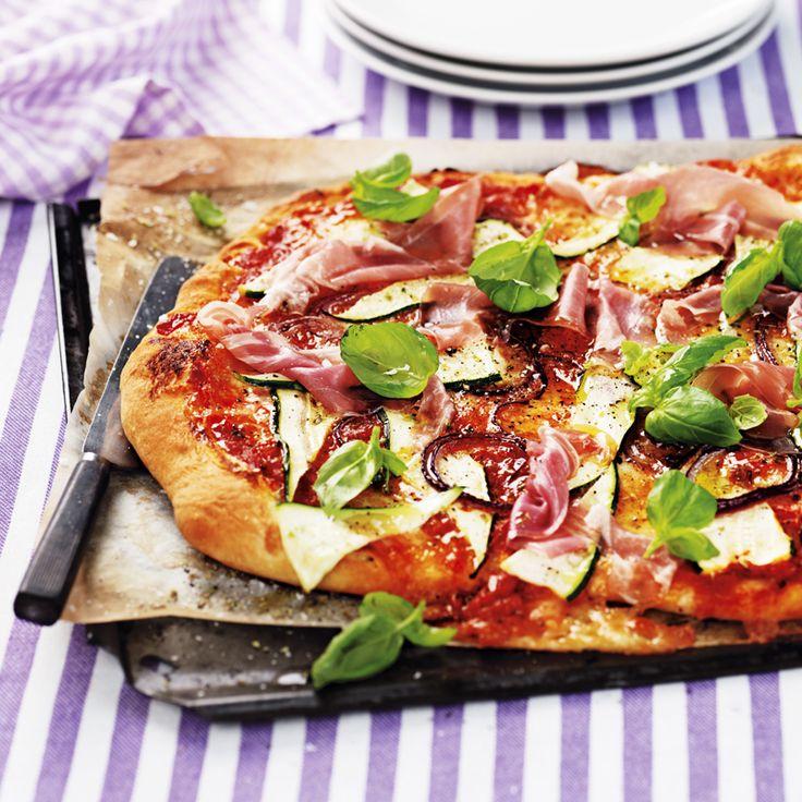 Siciliansk pizza med zucchini och lufttorkad skinka. Recept: http://www.ica.se/recept/siciliansk-zucchinipizza-med-lufttorkad-skinka-715286/