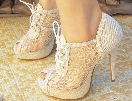 White lace heels.: The Hunt'S, Cute Shoes, Lace Heels, Wedding Shoes, Black White, Pump, Lace Shoes, White Lace, High Heels