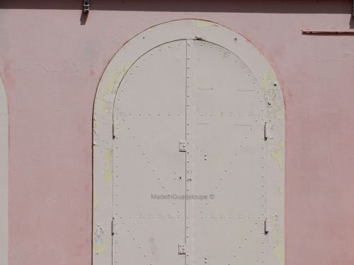 Pink door - Frébault street ( Pointe-à-pitre City) [Guadeloupe, F.W.I - Caribbean] Rue Frébault, Pointe-à-pitre ( Guadeloupe )