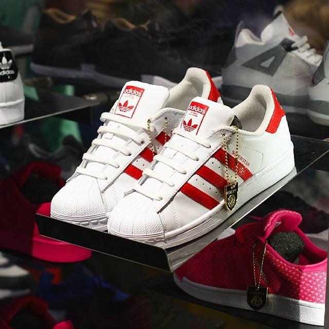Adidas Originals Superstar in wunderschönem Weiß/Rot! 😍 Die Klassiker werden nie langweilig, was meint ihr? 👟