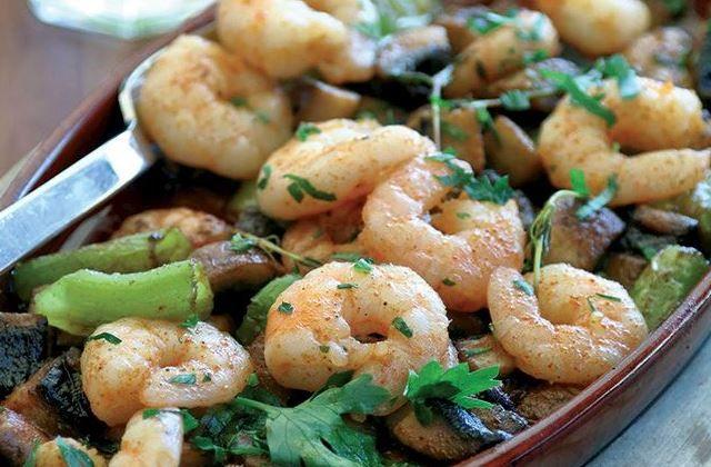 طريقة عمل الجمبري بالزبدة والمشروم الجمبري من المأكولات البحرية الشهية واليوم يقدم لكي 8220 طبخ صح 8221 طريقة جديدة لعمل الجمبري مع الزبد Food Meat Shrimp