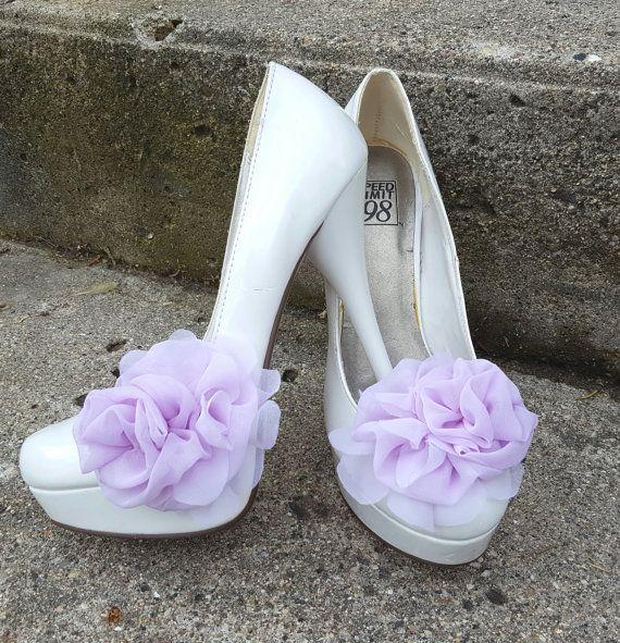 Bruiloft bridal chiffon bloem schoen slips - set van 2 stuks Appx 3,5 inch lange Gemaakt van chiffon rozen en bloemblaadjes Ze zijn aangesloten als u wilt Franse Zilveren schoen clips op de bodem voor veiligheid U kunt dragen deze verschillende manieren op je schoenen, jurk hen omhoog voor bruids, bruiloft, speciale gelegenheid of gewoon een nacht van plezier! . Voor bruids haar fascinators - bezoek mijn andere Etsy shop-www.etsy.com/shop/kathyjohnson3