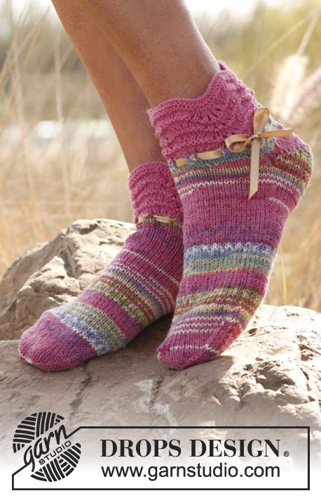 Knitted DROPS short socks with wavy pattern in