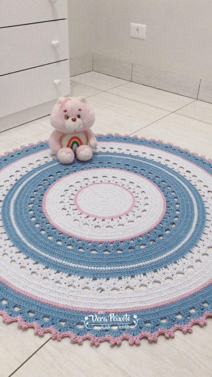 Tapete de crochê redondo nas cores branco,rosa bebê e azul bebê! Encomendas, modelos,preços e prazos tudo no site do Ateliê Vera Peixoto