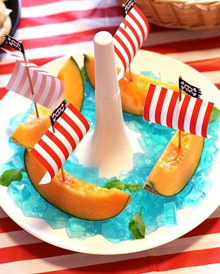 夏のパーティーに最高!フルーツの盛り付け メロンを海賊船のように見せる演出アイデア