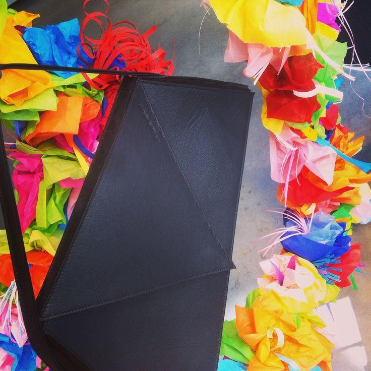 flowers -bloemen - bags -handtassen - window display - etalage - www.awardt.be