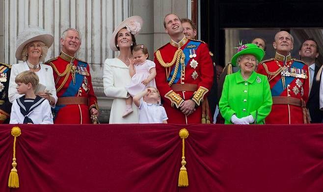Prinsessa Charlotte ihastutti esiintymällä äitinsä herttuatar Catherinen sylissä. Prinssi George edusti kuin kokenut kuninkaallinen.