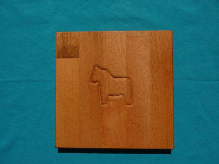Das Dalarna Pferd ist in Schweden seit Generationen Motiv für Kinderspielzeug und auch Einrichtungsgegenstände. Dieses Frühstücksbrett aus Buche 8 20 x 20 cm ) ist das perfekte Geschenk zum Kindergeburtstag, zur Geburt oder Einschulung. Machen Sie Ihren Liebsten eine  Freude!