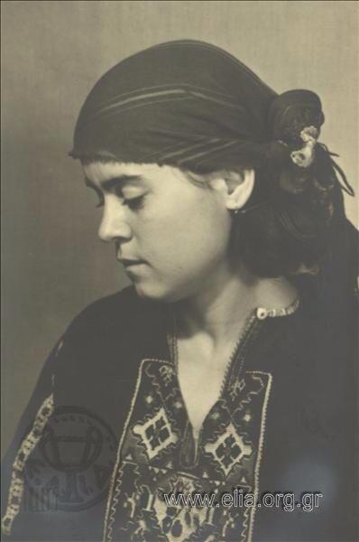 Εορτασμοί της 4ης Αυγούστου: γυναίκα με παραδοσιακή ενδυμασία από το Καβακλί της Ανατολικής Ρουμελίας (Θράκη), 1937. Nelly's (Σεραϊδάρη Έλλη)