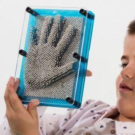 Www.regalosom.com Regala productos divertidos y originales a tus familiares y amigos, como las figuras 3D Pin Art. ¡Crea imágenes en 3D y plasma partes de tu cuerpo con un sencillo gesto! Medidas aprox.: 12,5 x 17,5 x 5 cm. Colores surtidos enviados aleatoriamente según disponibilidad de stock.
