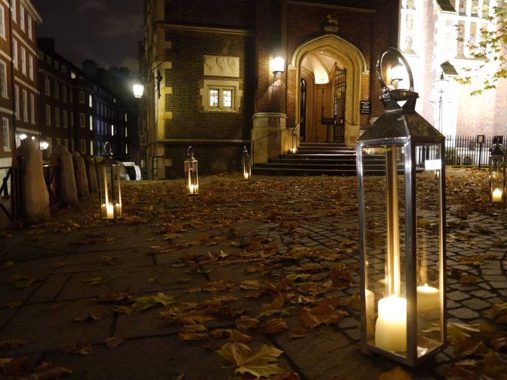 Lanterns adorn Fountain Court and create a magical atmosphere for the guest arrival