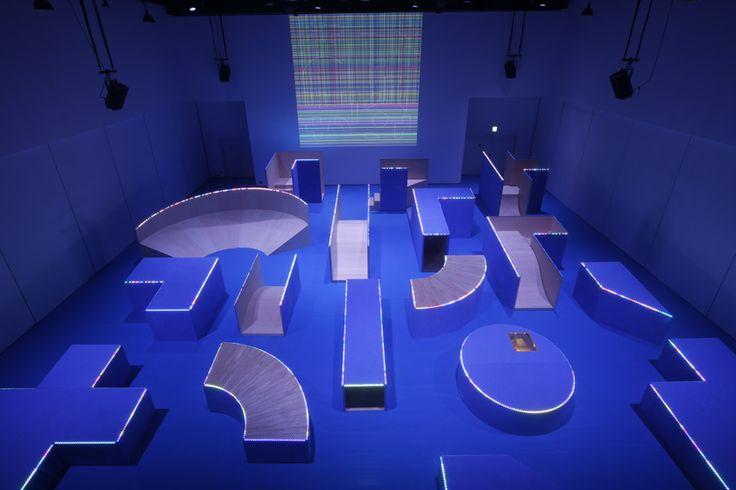 「コロガル・ガーデン」は、身体運動を誘発するフィジカルな空間とメディア・テクノロジーが融合した未来の公園だ。 展示室には、斜めに切り取られたさまざまな形の17個のブロックを配置。各ブロックには、スピーカーやマイク、振動 …