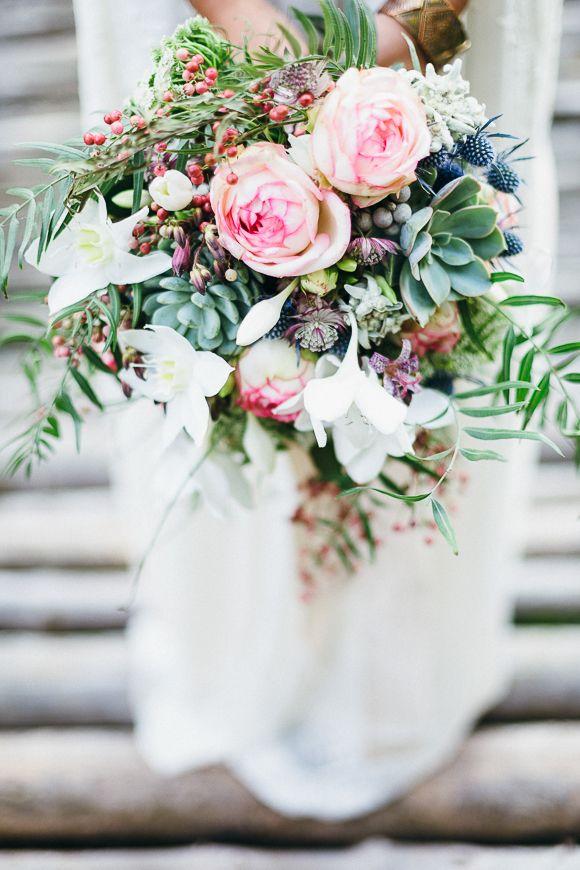 Locker gebundener Brautstrauß in Rosa, grün und Blau mit Sukkulenten und Farn • Rose, green and blue bridal bouquet with sukkulents