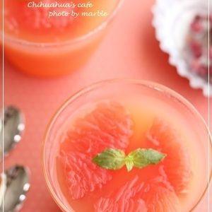 ピンクグレープフルーツのゼリー by marble*さん | レシピブログ - 料理ブログのレシピ満載!  普段はジュース類を あまり口にしないんだけど こう暑いと キーンと冷えた飲み物が 欲しくなる今日この頃・・ 冷蔵庫に常備してある グレープフルーツジュースを使って 簡単にゼリーを作ってみました...