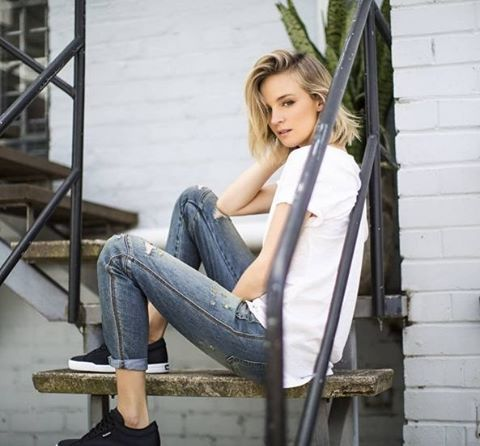 Relaxed weekend style, @nadiafairfax wears the perfect white tee #witcherybalance