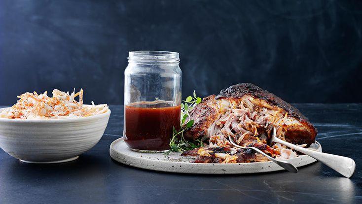 Klassisk opskrift på Brødrene Prices pulled pork lavet på grill eller i ovn. Kødet bliver usædvanligt saftigt, trevlet og lækkert.