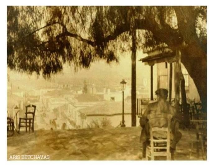 Ένας πατρινός απολαμβάνει το καφεδάκι του στο πάνω μέρος της Γεροκωστοπούλου (τότε Ανεξαρτησίας). Είναι το καφενείο του Περικλή Γιογκαράκη, εξού και οι ομώνυμες σκάλες...