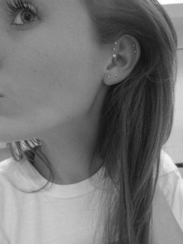 Piercing cartílago doble + hélice delantera triple + lóbulo doble | 28 innovadores piercings de oreja que deberías probar este verano