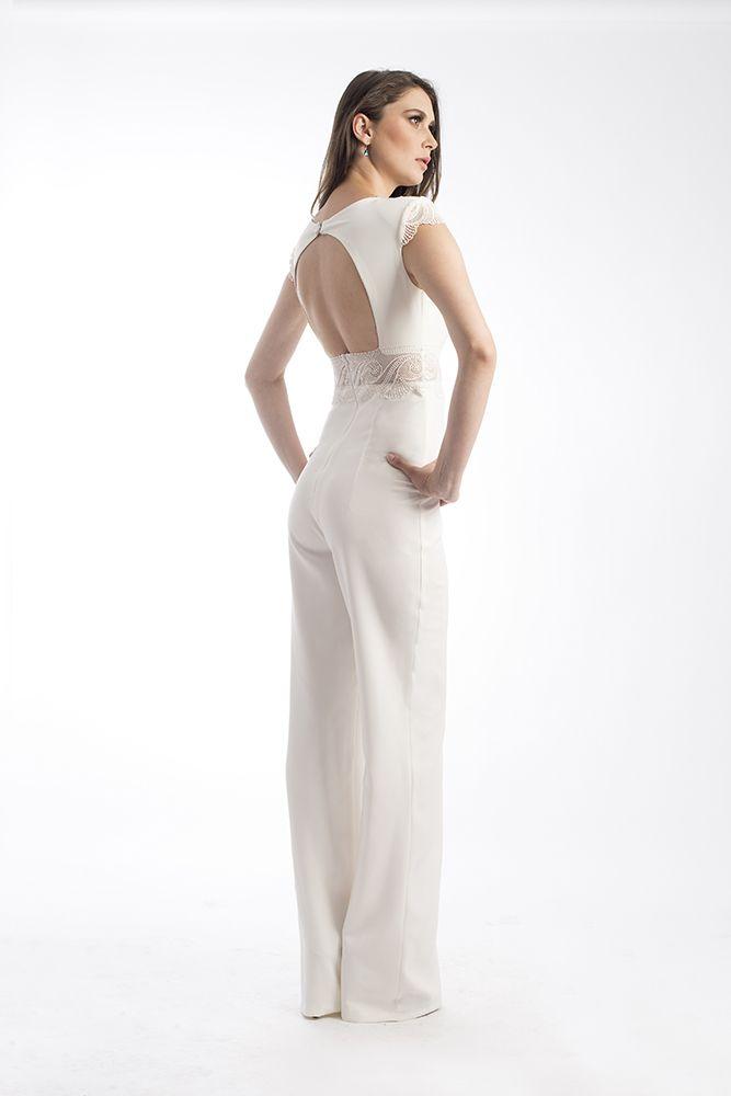 Salopeta by Mireli24 este croită în linii simple cu aspect senzual care reușesc să ofere o apariție extrem de placută. Ținuta se prezintă într-o nuanță de alb ce-ți va pune în evidență formele, dar și prin pantalonii care cad ușor pe corp, confirmând astfel și influențele stilului modern. O puteti achizitona apasand pe link-ul de mai jos: http://goo.gl/dJHGPu