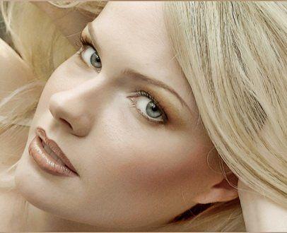 Повседневный макияж Для повседневного макияжа в качестве подводки лучше использовать не черные, а серые или кофейные цвета. Это поможет сделать взгляд более выразительным, но при этом не будет выглядеть вульгарно в дневном свете. Для того чтобы визуально увеличить глаза, можно подвести их более светлым карандашом золотистого цвета. Что касается туши, то макияж для серо-зеленых глаз лучше делать традиционной черной тушью, или выбрать более мягкий темно-коричневый вариант.
