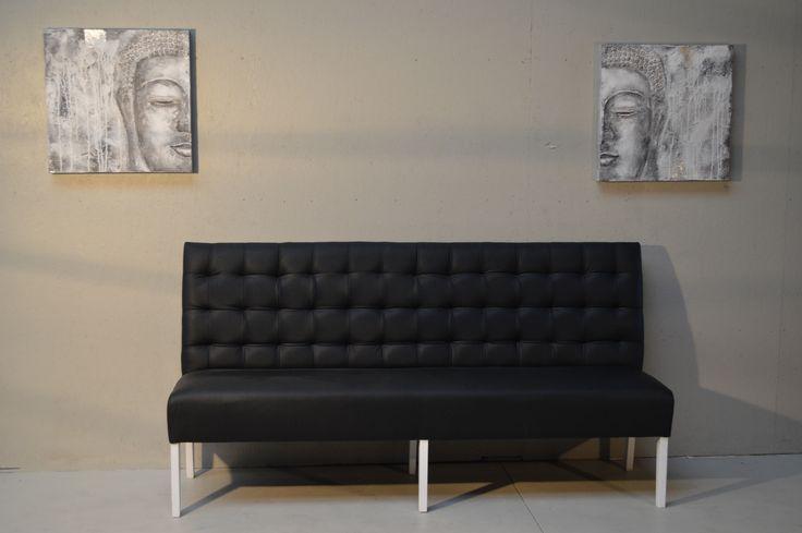 Eetkamerbank #eetkamer #bank #eetkamerbank #couch #boedha #schilderij #capiton #wittepootjes #zwart #bekleding #meubels #en #meer #meubelsenmeer #mijdrecht #grijs